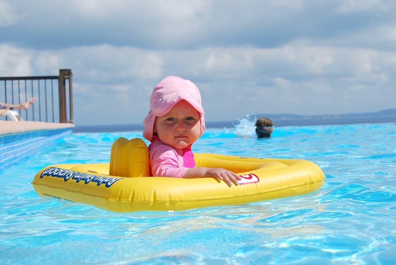 Bebés en la piscina