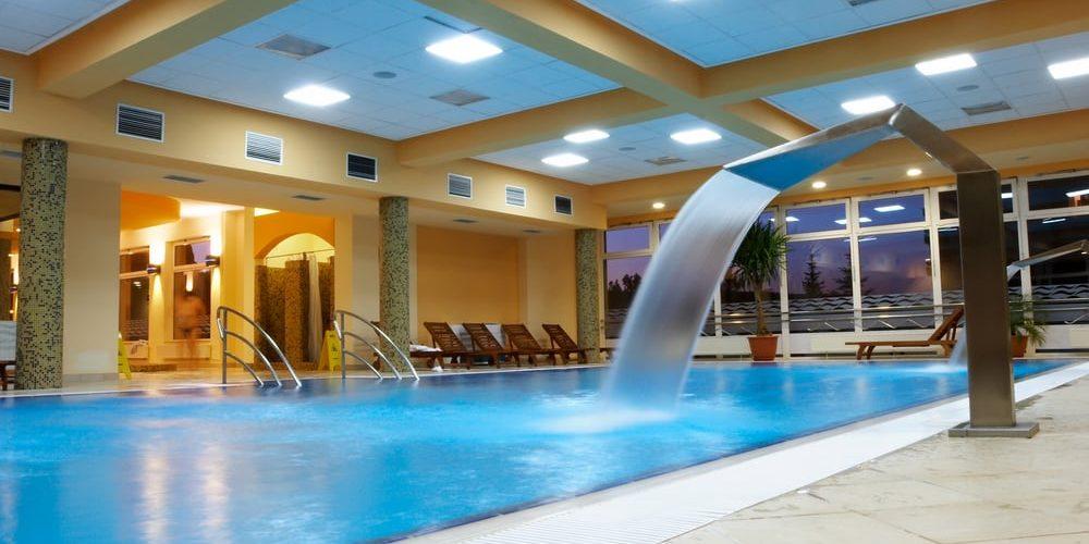 Ideas de piscinas con cascadas cubriland for Cascadas de piscinas