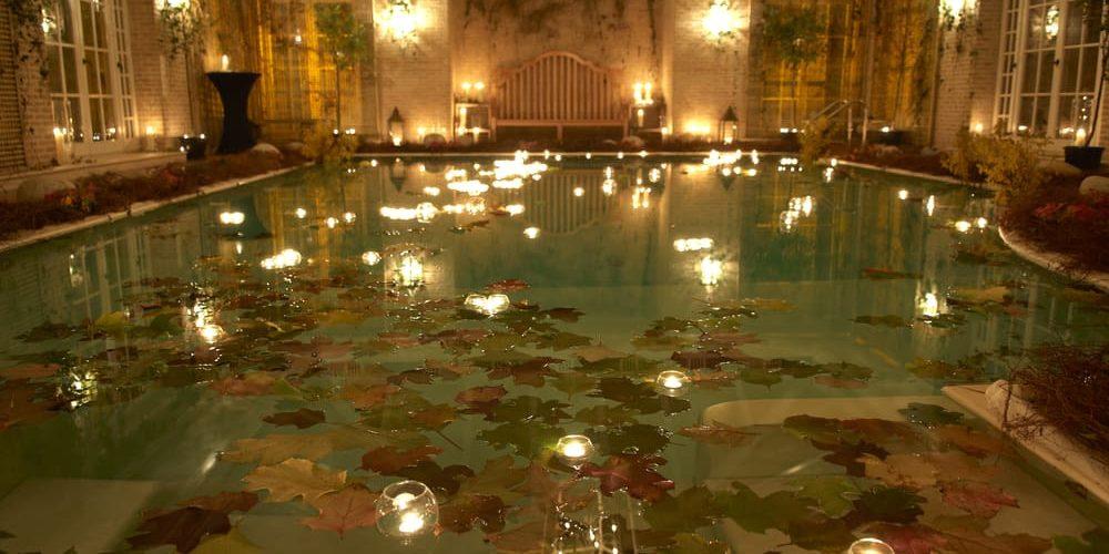 colocar velas flotantes en la piscina cubriland