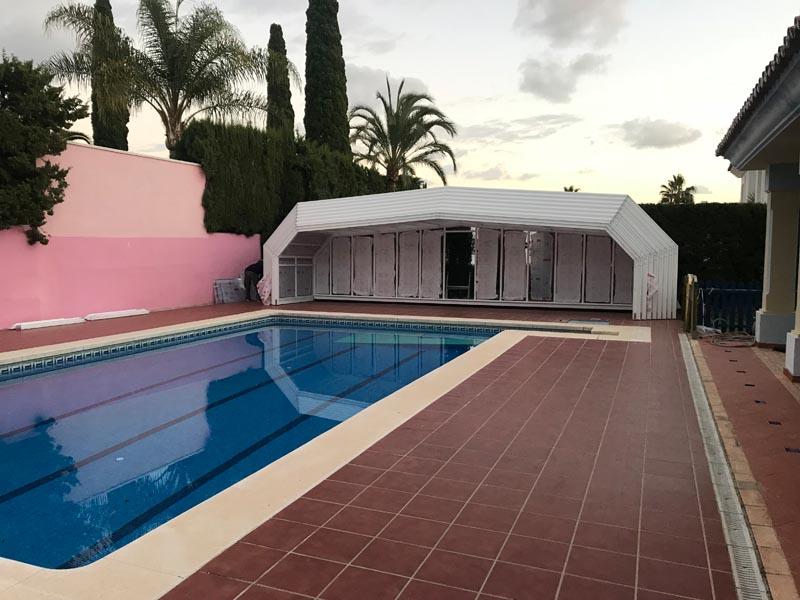 piscina con cubierta plegada