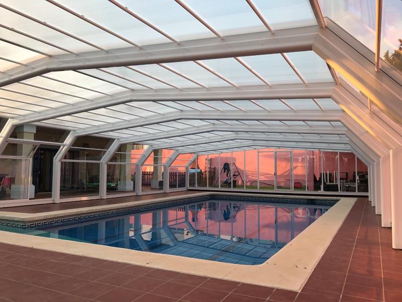 piscina con cubierta grande