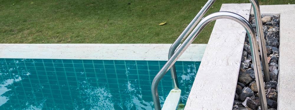 colocar escaleras en piscina