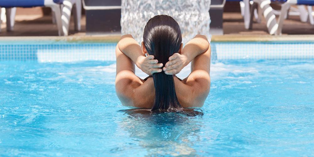 el mejor accesorio para las piscinas es una cascada