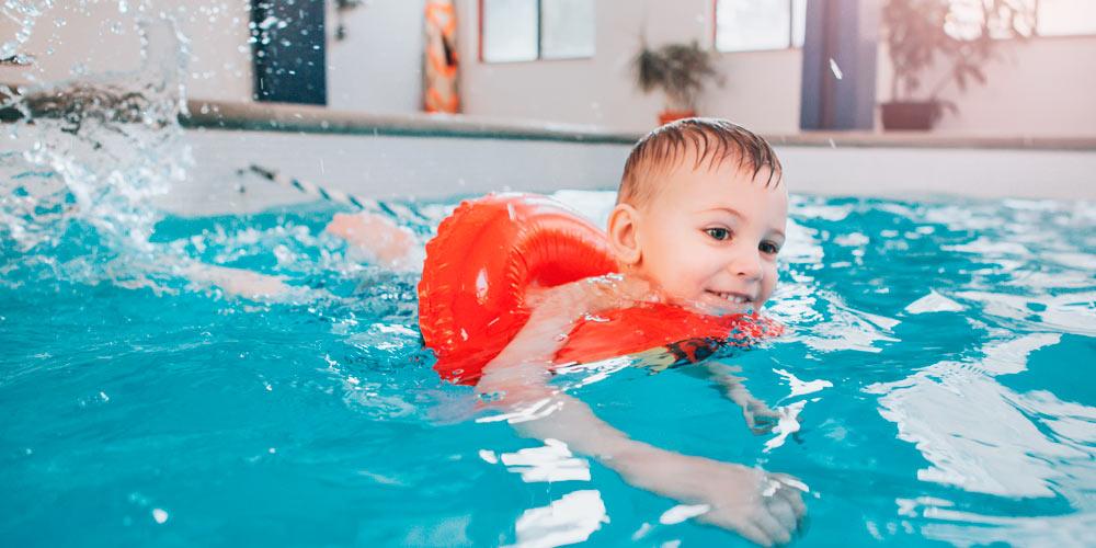 cuidados bebé en piscina