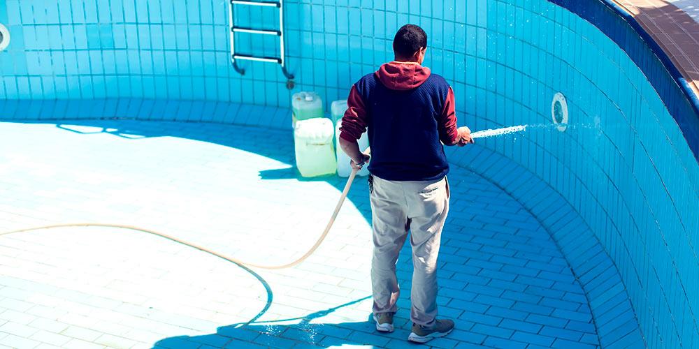 Cómo limpiar una piscina vacía