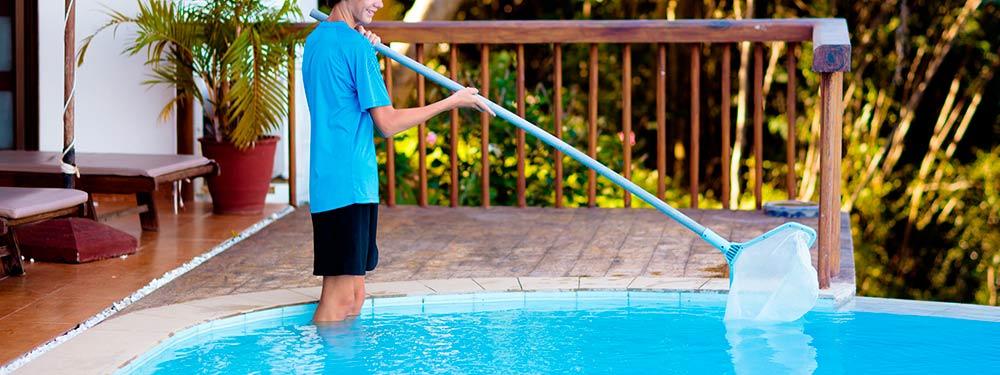 familia ayuda limpieza piscina